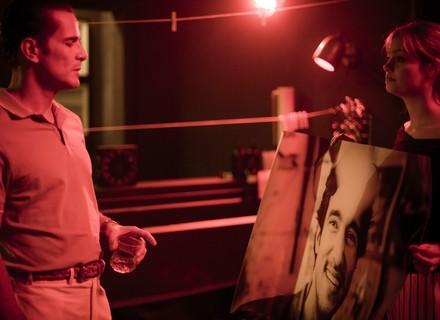 Alice restaura foto e surpreende Vitor