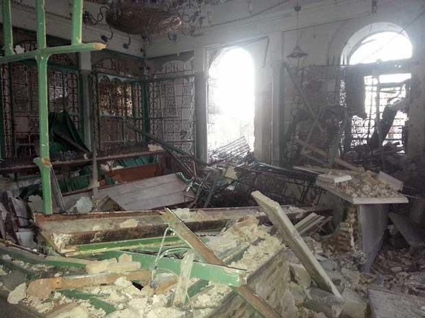 Imagem divulgada pela Shaam News Network, da oposição síria, mostra o mausoleu parcialmente destruído em Homs nesta segunda-feira (22) (Foto: Shaam News Network/ AFP)