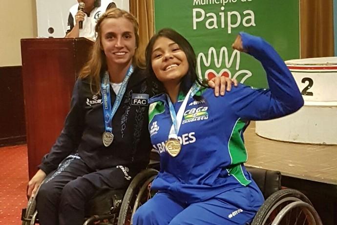 Débora Benevides celebra ouro na Colômbia (Foto: Divulgação)
