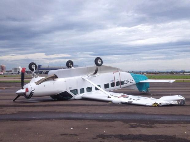 Aeronave de pequeno porte ficou de ponta cabeça no Aeroporto Salgado Filho (Foto: Arquivo Pessoal)