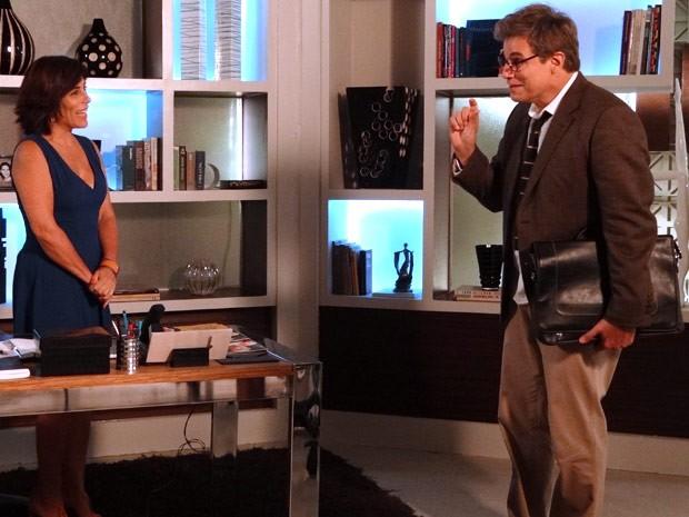 Felipe pergunta se Roberta não quer tomar um drink com ele (Foto: Guerra dos Sexos / TV Globo)
