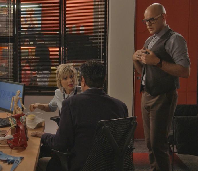 Lu e Pietro não entendem muito bem o que Hugo quer com a revista (Foto: TV Globo)