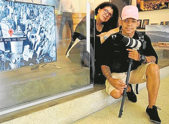 Cristina Aragão e o cinegrafista Sandiego Fernandes nos bastidores do documentário 'Copan 60 horas', da GloboNews  (Foto: Arquivo pessoal)