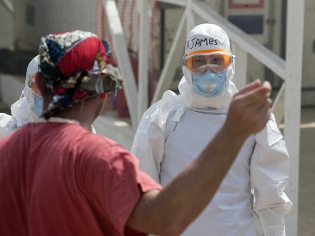 Profissional de saúde guarda novos pacientes no centro de tratameno de pessoas com ebola da ONG Save the Children em Freetown, Serra Leoa (Foto:  Reuters/Baz Ratner)
