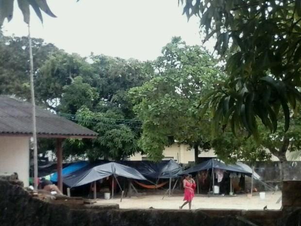 Alguns indígenas ficam mais de cinco dias debaixo de alojamentos improvisados (Foto: Márcio Garcia)