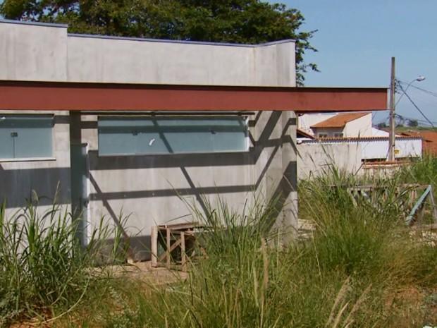 Obra de UBS abandonada acumulha lixo e entulhos em Varginha (Foto: Reprodução/EPTV)