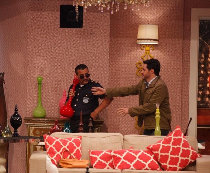 Eri Johnson na pele de Valdomiro disfarçado de segurança no oitavo episódio do Tomara que Caia (Foto: Artur Meninea/Gshow)