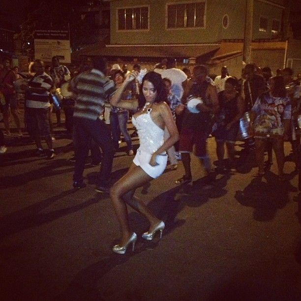Ariadna cai no samba em ensaio de rua da Unidos da Vila Santa Tereza (Foto: Reprodução / Instagram)