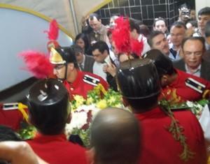 Caixão foi colocado em túmulo sob orações e gritos de homenagem (Foto: Rafael Melo/G1)