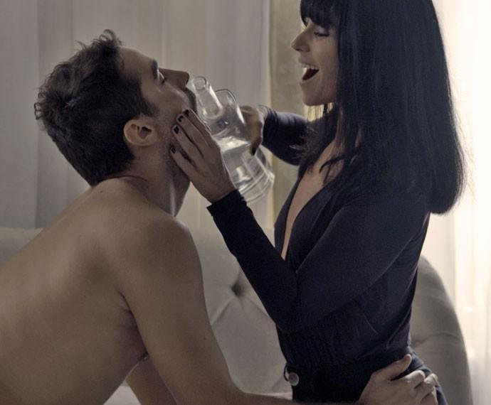 Atena dá bebida para delegado e o leva para cama (Foto: TV Globo)