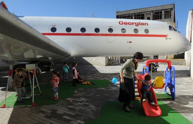 Avião Yakovlev Yak-42 foi transformado em 'playground' para crianças em escola em Rustavi. (Foto: Vano Shlamov/AFP)