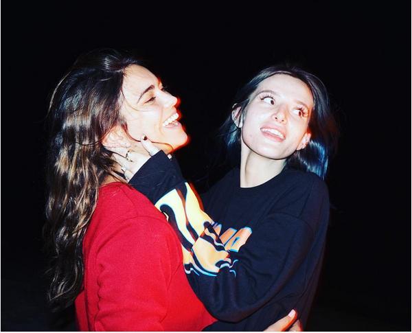 A atriz Bella Thorne com uma amiga (Foto: Instagram)