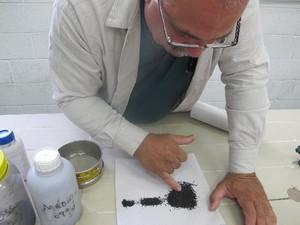 Resíduo do bagaço da cana de açúcar retira corante da água (Foto: Mariane Rossi/G1)