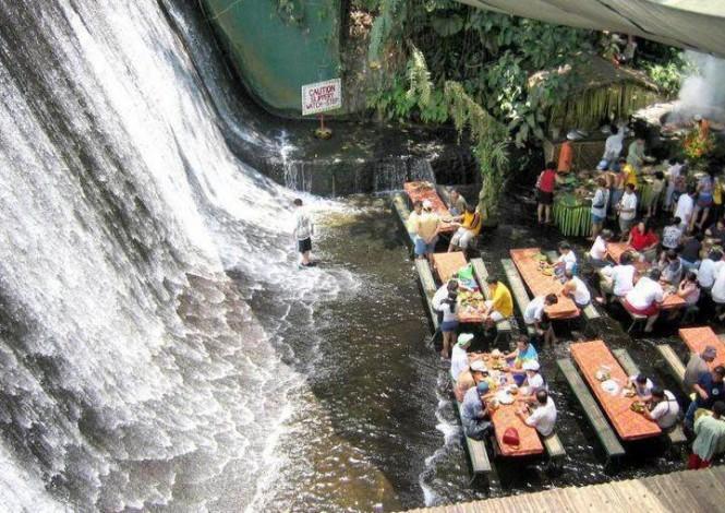 Restaurante-cachoeira permite que clientes 'relaxem' enquantom comem (Foto: Divulgação)