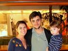 Felipe Simas e Mariana Uhlman levam o filho a estreia de peça no Rio