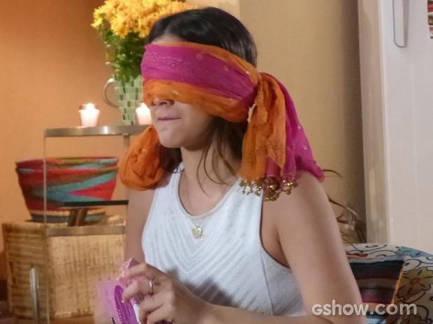 Luiza é vendada e tenta adivinhar os presentes ousados das amigas  (Foto: Em Família / TV Globo)