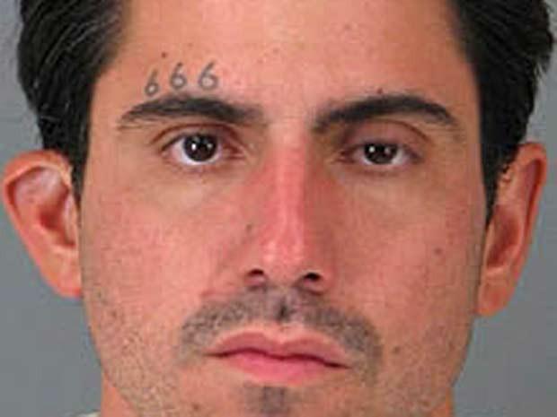 Acusado de crime sexual, o americano Jason Richard Budrow tatuou na testa 666, que é conhecido como o número do satã (Foto: AP)