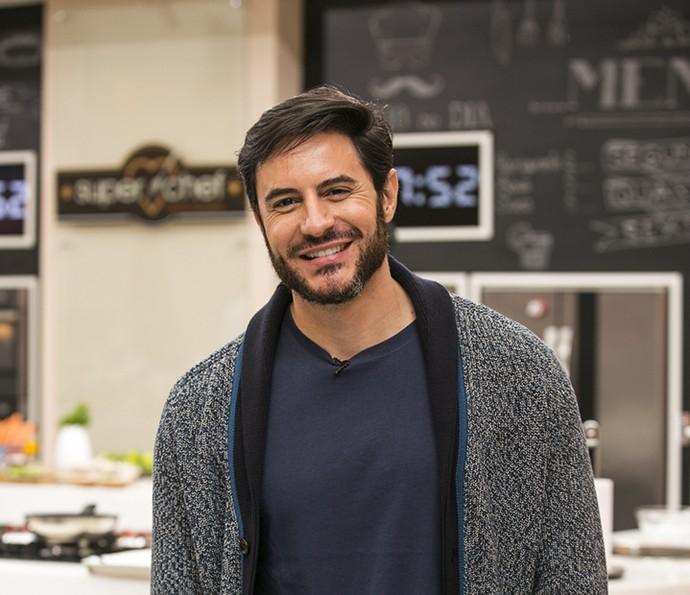 Ricardo Tozzi posa nos bastidores do 'Super Chef', onde revela estar solteiro (Foto: Ellen Soares/Gshow)