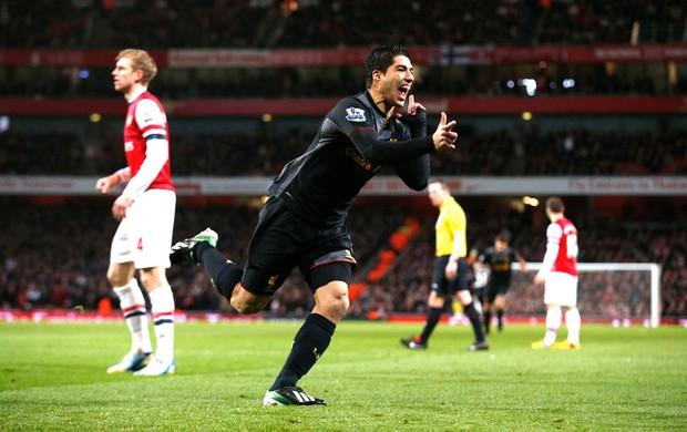 Luis Suarez comemora gol do Liverpool sobre o Arsenal (Foto: AP)