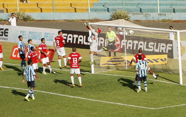 Fernando desconta no Gre-Nal ao marcar gol de falta (Foto: Diego Guichard)