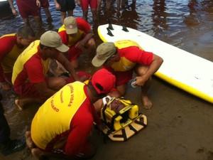 Bombeiros retiraram homem da Praia da Ponta Negra durante simulação, em Manaus (Foto: Adneison Severiano/G1 AM)