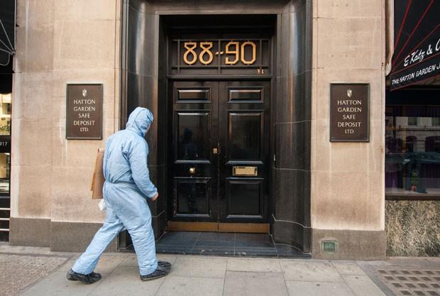 Agente forense entra na empresa de segurança Hatton Garden, em Londres; companhia sofreu roubo milionário (Foto: Dominic Lipinski/PA via AP)
