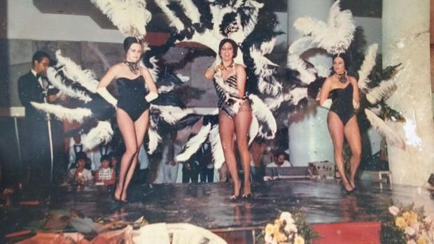 Cynthia Isensee quando era vedete, primeira à esquerda (Foto: Arquivo pessoal)