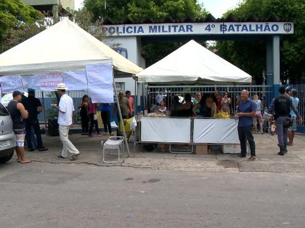 Manifestação de familiares de PMs na frente do 4º Batalhão, em Vila Velha (Foto: Reprodução/ TV Gazeta)