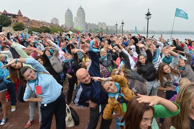 Multidão faz exercícios matinais neste domingo (30) em Kiev, na Ucrânia (Foto: Sergei Supinsky/AFP)