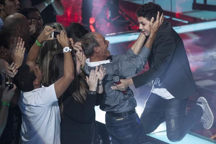 Wagner Barreto correu para abraçar o pai logo após vencer o The Voice Kids (Foto: Globo/Pedro Curi)
