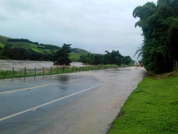 Trânsito ficou 13 horas bloqueado por causa de enchente (Foto: Divulgação/PRF)