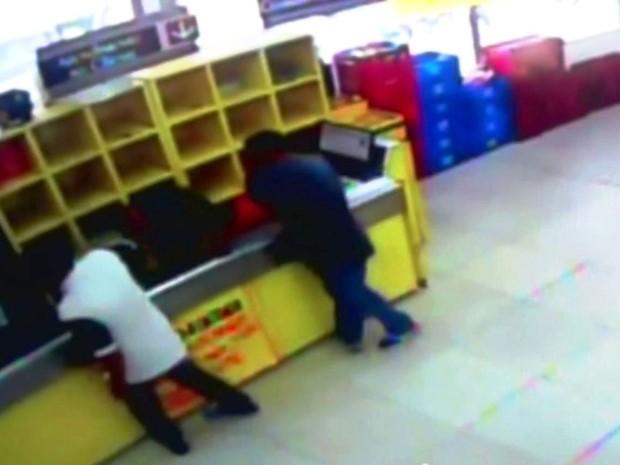 Câmeras flagram trio assaltando supermercado em Praia Grande, SP (Foto: Reprodução/TV Tribuna)