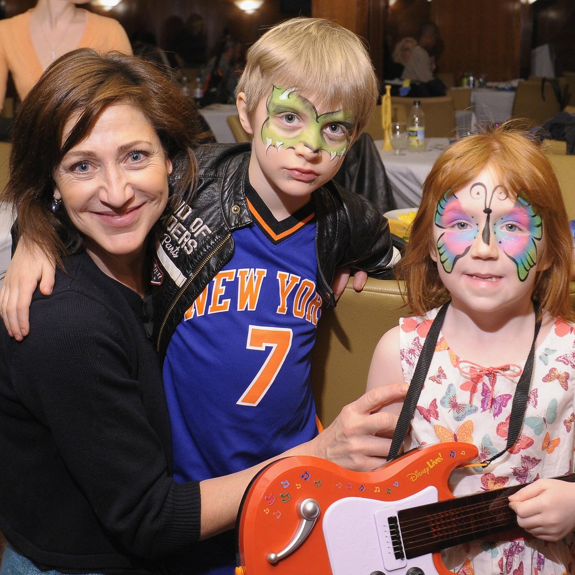A atriz Edie Falco é quem cria os filhos, Anderson e Macy. (Foto: Getty Images)