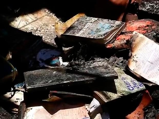 Coleção de livros de literatura brasileira foi queimado pelos suspeitos (Foto: Reprodução/Inter TV Cabugi)
