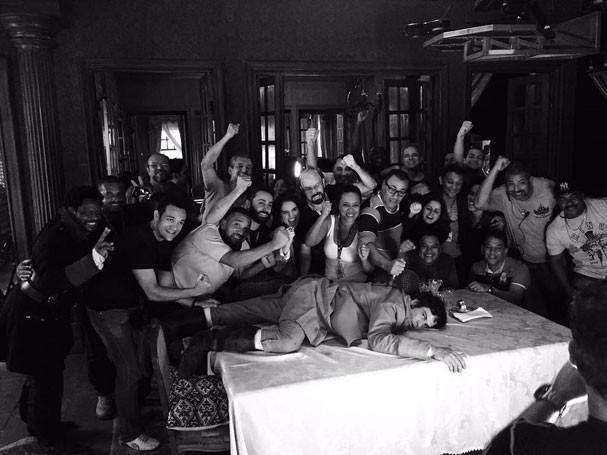 """Mateus Solano e a equipe de """"Liberdade, Liberdade"""" (Foto: Reprodução/Instagram)"""