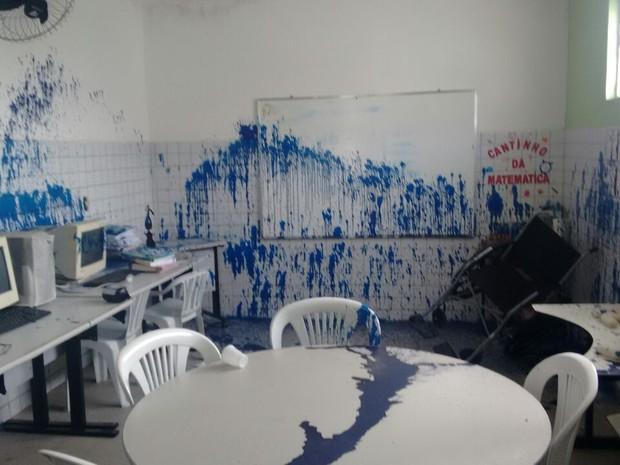 Escola foi alvo de vandalismo e aulas foram canceladas (Foto: Karla Ramos/Arquivo Pessoal)