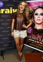 Look do dia: Claudia Leitte arrasa com shortinho e blusa de couro