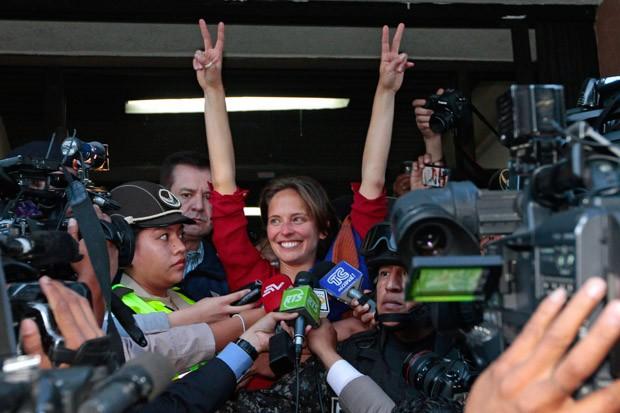 A jornalista brasileira Manuela Picq, que foi detida pelas autoridades do Equador durante um protesto na noite de quinta-feira (13) e teve seu visto cancelado nesta sexta, comemora durante entrevista após decisão de que não será deportada ao Brasil (Foto: Juan Cevallos/AFP)