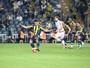 Van Persie e Fernandão marcam, Fener goleia e segue na briga no Turco