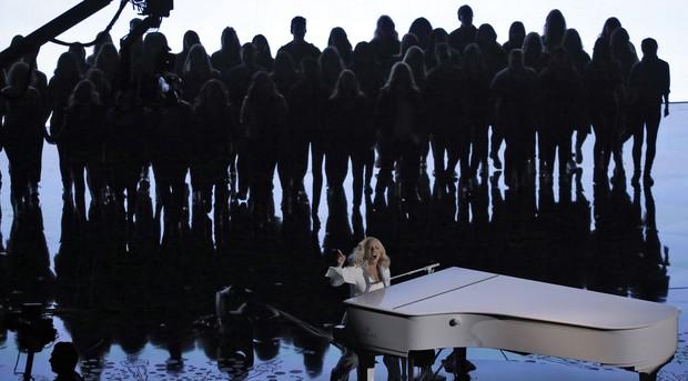Lady Gaga se apresenta no palco do Oscar 2016 ao lado de dezenas de vítimas de abuso sexual (Foto: REUTERS/Mario Anzuoni)