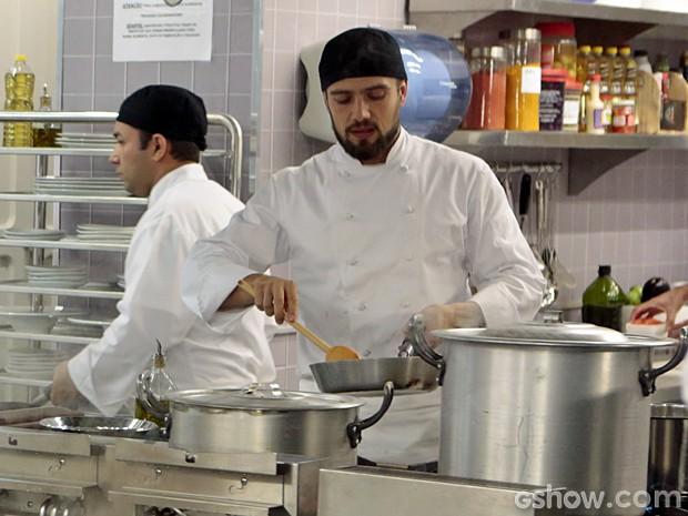 Assim como seu personagem, Rafael Cardoso também manda bem na cozinha (Foto: Felipe Monteiro/TV Globo)