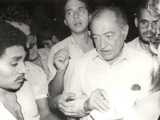 Foto ao lado do avô, Miguel Arraes (Foto: Arquivo pessoal)