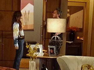 Helo expulsa o ex-marido (Foto: Salve Jorge/TV Globo)