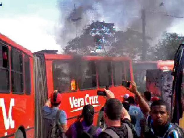 Ônibus foi queimado por passageiros no Terminal do Barro, na Zona Oeste do Recife, durante greve dos motoristas (Foto: José Joaquim/Acervo pessoal)
