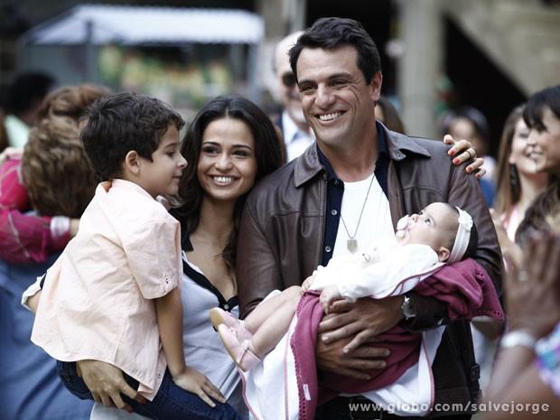 Morena e Théo ficam felizes com seus dois filhos (Foto: Salve Jorge/TV Globo)