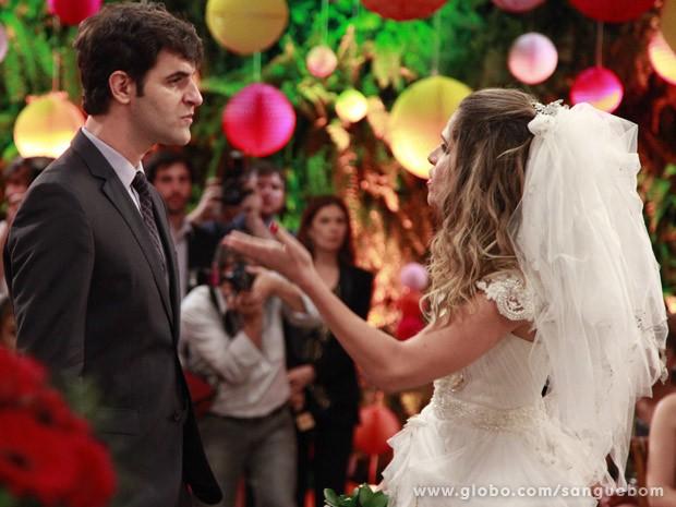Tina vê Vitinho no lugar de Lucindo (Foto: Ellen Soares/TV Globo)