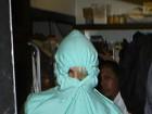 Justin Bieber evita flashes e se esconde debaixo do capuz do casaco