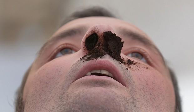 Competidor exibe nariz 'entupido' de rapé durante competição na Alemanha (Foto: Matthias Schrader/AP)
