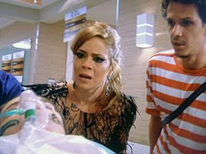 Cristina e Elivaldo ficam apreensivos com revelação  (Foto: TV Globo)