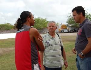 Lateral-esquerdo John conversa com o presidente do Auto Esporte, Manoel Demócrito, e o novo gerente de futebol, Jazon Vieira (Foto: Lucas Barros / Globoesporte.com/pb)
